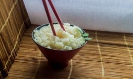 米和筷子板材  免版税库存图片