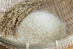 米和粮食作物一个竹篮子的 免版税图库摄影