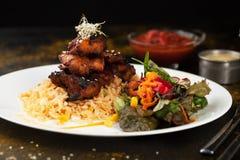 米和鸡烤了用香料和沙拉 免版税库存照片