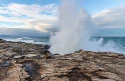 10米在阿斯图里亚斯的峭壁的波浪断裂 库存图片