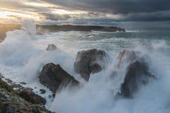 10米在阿斯图里亚斯的峭壁的波浪断裂 免版税库存照片