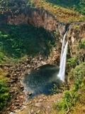 120米在Chapada dos Veadeiros,巴西的瀑布 免版税库存图片