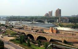 米尼亚波尼斯明尼苏达 密西西比河和石曲拱桥梁 免版税图库摄影
