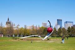 米尼亚波尼斯,美国- 2012年4月11日:米尼亚波尼斯雕塑匙子和樱桃 免版税库存图片
