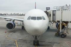米尼亚波尼斯,美国- 2015年12月28日:达美航空航空器在米尼亚波尼斯机场 免版税库存照片
