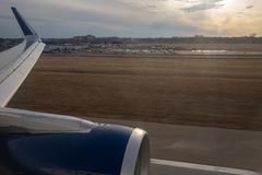 米尼亚波尼斯,MN/美国- 2019年4月3日:着陆在日落的MSP机场 库存照片