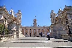 米开朗基罗台阶的游人对Capitoline小山和Senatoria 库存图片