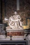 米开朗基罗圣母怜子图雕塑圣皮特圣徒・彼得` s大教堂的在罗马 免版税图库摄影