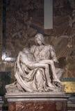 米开朗基罗圣母怜子图雕塑圣皮特圣徒・彼得` s大教堂的在罗马 免版税库存图片
