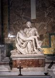 米开朗基罗圣母怜子图雕塑圣皮特圣徒・彼得` s大教堂的在罗马 图库摄影