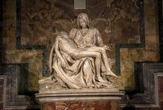 米开朗基罗圣母怜子图雕塑圣皮特圣徒・彼得` s大教堂的在罗马 库存照片