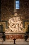 米开朗基罗圣母怜子图雕塑圣皮特圣徒・彼得` s大教堂的在罗马 库存图片