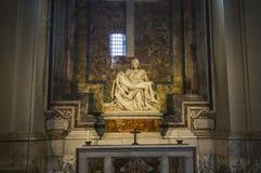 米开朗基罗圣母怜子图雕象圣皮特圣徒・彼得,梵蒂冈大教堂的  库存照片
