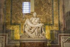 米开朗基罗圣母怜子图雕象 免版税库存照片