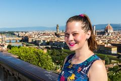米开朗基罗广场的女孩在佛罗伦萨,意大利在夏天201 库存图片