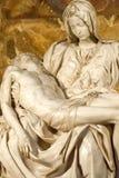 米开朗基罗的圣母怜子图在圣彼得大教堂II 免版税库存图片