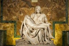 米开朗基罗的圣母怜子图在圣彼得大教堂III 免版税库存照片