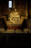 米开朗基罗的圣母怜子图在圣皮特的大教堂在梵蒂冈 图库摄影