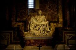 米开朗基罗的圣母怜子图在圣皮特的大教堂在梵蒂冈 免版税图库摄影