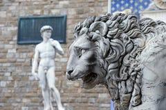 米开朗基罗的站立在它原始的地点的大卫雕象的拷贝,在Palazzo Vecchio前面在广场della Signoria  免版税库存照片