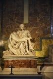 米开朗基罗` s圣母怜子图在圣皮特圣徒・彼得在梵蒂冈的` s大教堂在罗马意大利 免版税库存图片