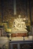 米开朗基罗` s圣母怜子图在圣皮特圣徒・彼得在梵蒂冈的` s大教堂在罗马意大利 免版税库存照片