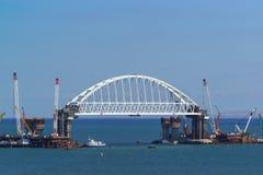227米成拱形间距铁路桥建设中横跨海峡的可航行的部分的刻赤海峡 库存图片