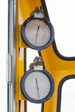 米或测量仪在起重机客舱措施Maximun装载、发动机速度、液压、温度和燃料级别的 库存照片