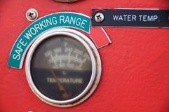 米或测量仪在起重机客舱措施Maximun装载、发动机速度、液压、温度和燃料级别的 库存图片