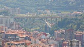 米拉弗洛雷斯桥梁在毕尔巴鄂上升在大厦屋顶的,西班牙建筑学 股票视频
