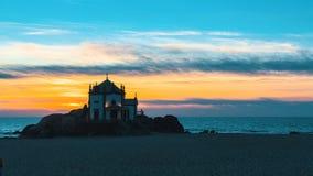 米拉马尔海滩和教堂Senhor da Pedra在晚上 库存照片