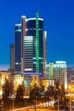 米斯克的商业中心夜场面街道的 大厦, Downto 库存图片