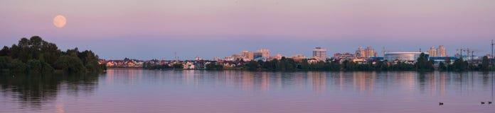 从米斯克看的月亮近地点,白俄罗斯 晚上场面的城市Scape与超级月亮 Fullmoon在米斯克,城市的全景 库存照片