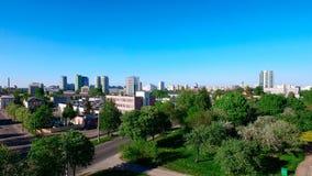 米斯克空中高看法,白俄罗斯共和国的首都 与飞行寄生虫的夏天都市风景 蓝色清楚的天空和绿色树 库存照片