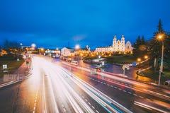 米斯克,比拉罗斯 在圣灵有启发性街道和大教堂上的夜交通在米斯克 免版税库存照片