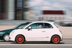 米斯克,比拉罗斯 有妇女司机的白色颜色菲亚特500汽车在Fa 免版税库存图片