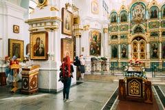 米斯克,比拉罗斯 祈祷在圣灵大教堂里的妇女教区居民  免版税库存图片