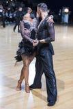 """米斯克,白俄罗斯†""""12月17,2017 :专业舞蹈夫妇执行青年拉丁美洲的节目 免版税库存照片"""