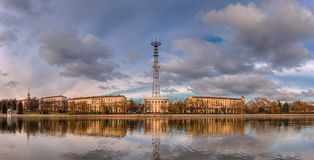 米斯克,白俄罗斯首都 河Svisloch堤防的全景秋天视图,米斯克与米斯克电视塔的电视中心 免版税库存照片