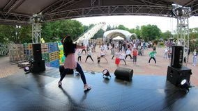 米斯克,白俄罗斯, 2018年5月20日:人在设计卡通者后的重复运动 跳舞的教的人民一个城市假日 影视素材