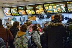 米斯克,白俄罗斯, 2018年1月8日:人定货食物在麦克唐纳` s餐馆 免版税库存图片