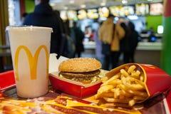 米斯克,白俄罗斯, 2018年2月12日:大Mac汉堡包菜单在麦克唐纳` s餐馆 库存照片