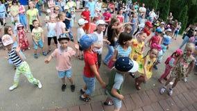 米斯克,白俄罗斯, 2018年6月3日:小孩获得乐趣并且在公园跳舞 股票视频