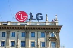 米斯克,白俄罗斯, 2018年4月4日:工作者在大厦的屋顶登上LG广告 库存照片