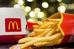 米斯克,白俄罗斯, 2018年1月3日:有麦克唐纳` s商标的大Mac箱子和炸薯条在麦克唐纳` s餐馆 免版税库存照片