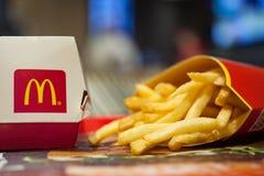 米斯克,白俄罗斯, 2018年1月3日:有麦克唐纳` s商标的大Mac箱子和炸薯条在麦克唐纳` s餐馆 库存图片