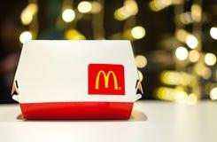 米斯克,白俄罗斯, 2018年1月3日:有麦克唐纳` s商标的大Mac箱子在桌上在麦克唐纳` s餐馆 图库摄影