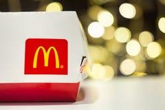 米斯克,白俄罗斯, 2018年1月3日:有麦克唐纳` s商标的大Mac箱子在桌上在麦克唐纳` s餐馆 免版税图库摄影