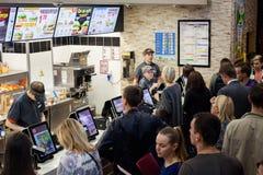 米斯克,白俄罗斯, 2017年7月18日:汉堡王快餐餐馆 在汉堡王的人队列 库存照片