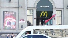 米斯克,白俄罗斯,2018年5月7日:麦克唐纳餐馆在市中心 顾客留给餐馆命令在背景通过 股票录像